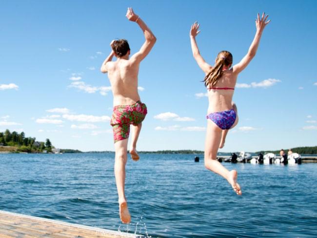 Vattnet vid elva badplatser i Sverige bedöms vara otjänligt.