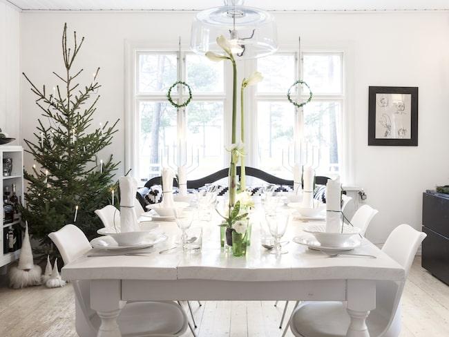Matsalen med dess skrala uttryck är vackert julpyntad i vitt och grönt, med en känsla av glimmande frost och granskog. Bordet har Frans tillverkat.