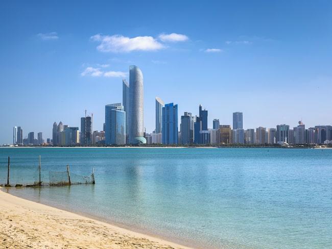 Abu Dhabi ligger på en T-formad ö i persiska viken och har en kuststräcka på över 40 mil.