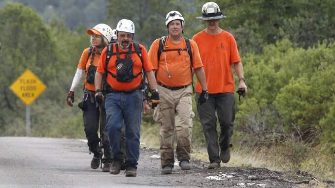"""Medlemmar av """"Tonto Rim Search and Rescue team"""" är ute och letar efter de personer som försvunnit efter att en flod i Arizona plötsligt svämmat över. Foto: RALPH FRESO / AP TT NYHETSBYRÅN"""