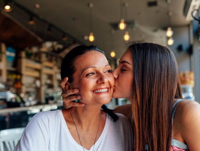 Kramas med mamma och du gör både dig själv och hennes hälsa en tjänst.