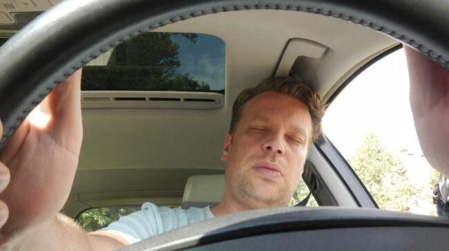 Att vara trött som förare är lika farligt som att köra rattfull.