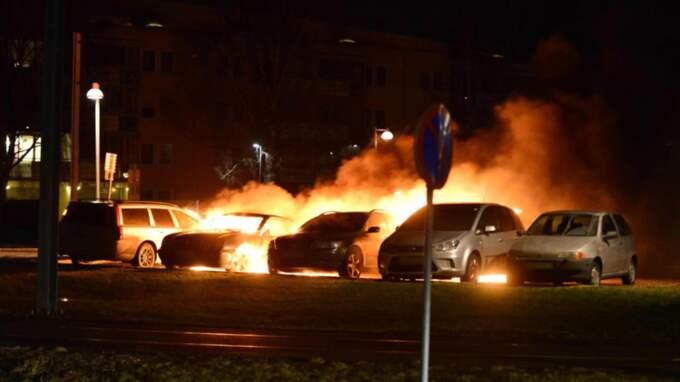 Flera bilar brann på en parkering i Norrköping tidigt på morgonen. Foto: Niklas Luks