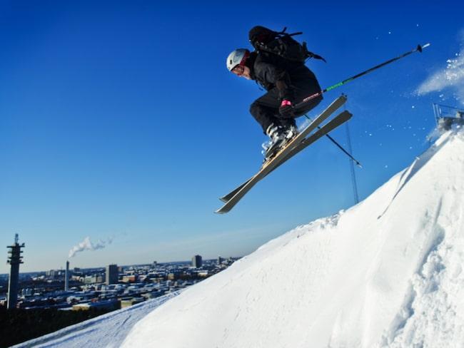 Åk skidor i Hammarbybacken med utsikt över hela stan.
