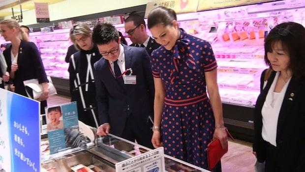 Här fixar Victoria japanska souvenirer till barnen