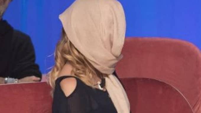 När Gessica Notaro, 27, medverkade i Maurizio Costanzo show på italienska Canale 5 dolde hon först sitt ansikte med en scarf.