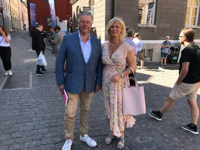 Kjell Jansson och Sofia Westergren från riksdagens bilnätverk på torget i Visby.