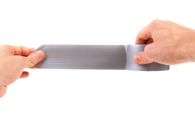 Silvertejp kan vara något av det bästa du har hemma. Den funkar nämligen till oändligt många saker. Har du tänkt på att du kan ta bort djurhår från möbler och kläder med tejpen? Eller att du kan öppna tröga lock på konservburkar?