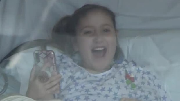 Flickan har opererats 48 gånger – vännernas överraskning