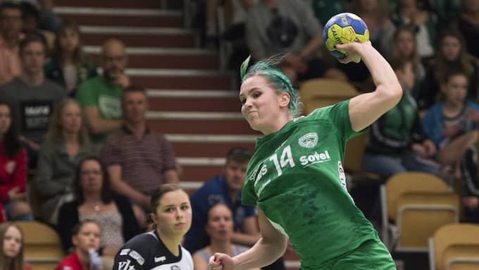 Claeson i aktion på handbollsplanen, i Skurutröjan. Foto: LINNEA RHEBORG / BILDBYRÅN