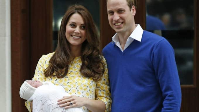 Här visar paret upp den nyfödda dottern för första gången. Foto: Alastair Grant