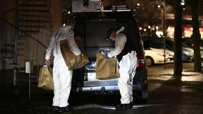Polisens tekniker säkrar spår efter mordet i Bromma Foto: ALEX LJUNGDAHL