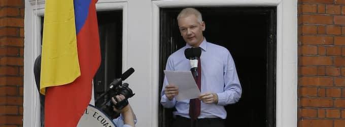 Julian Assange gjorde tummen upp från balkongen. Foto: Kirsty Wigglesworth