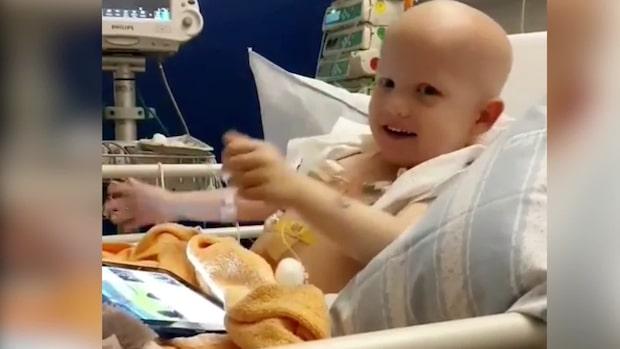 Treåriga Oliver fick cancer – stöttas av stora idolen