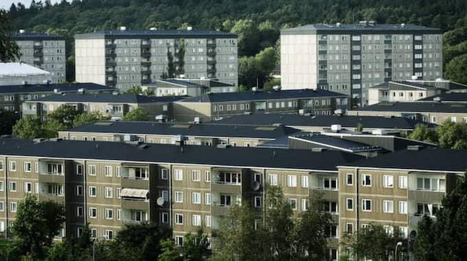 DYRT BOENDE. Backa Röd är ett av de bostadsområden i Göteborg där en del hyresgäster tvingas flytta efter renoveringarna av miljonprogrammets fastigheter, som lett till åtskilliga chockhöjda hyror. Foto: Anders Ylander