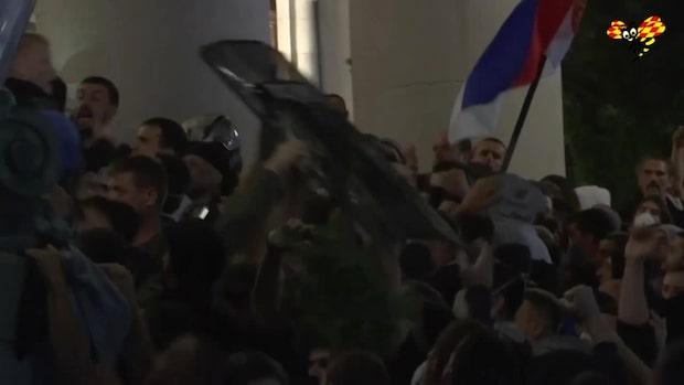Serbiska regeringen backar om nedstängning efter stora protester