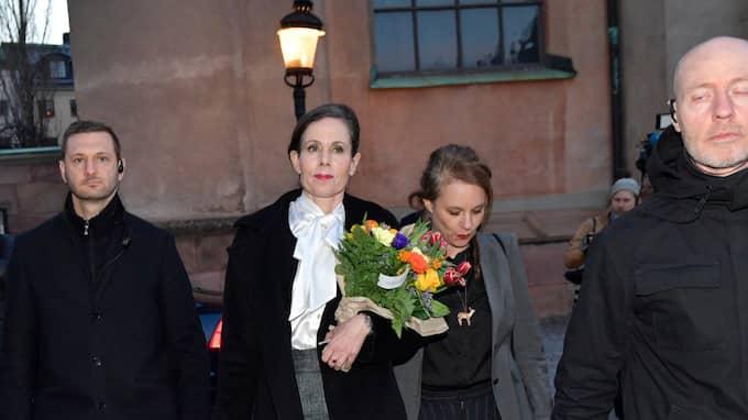 Sara Danius tillsammans med Akademiledamoten Sara Stridsberg, efter att de lämnat Börshuset och Svenska Akademiens sammanträde på torsdagen. Foto: JONAS EKSTRÖMER/TT / TT NYHETSBYRÅN