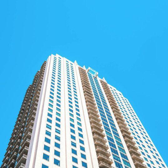 Poolen ligger på 40:e våningen – med en glasbotten som sticker ut från väggen.