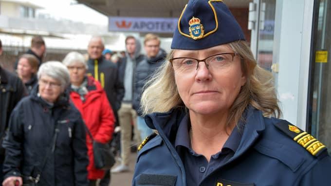 Margareta Ivarsson, chef för stöd och service hos polisen, står vakt i entrén vid passhanteringen i Stenungsund. Foto: Mikael Berglund/Nyheter STO