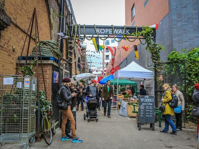 Njut av såväl människor, miljön och spännande smaker på någon utav stadens alla matmarknadet. Förslagsvis på Maltby Street.