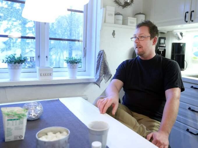 """Mats Flygare sitter i sitt hem en bit utanför Ystad. Han är fast besluten att ta reda på vad som hände när hans morbror Rolf Jeppsson dog. """"Det ska inte behöva gå på det här sättet med de moderna metoderna och den samhällsberedskap vi har i dag"""", säger han. Foto: Ystads Allehanda"""