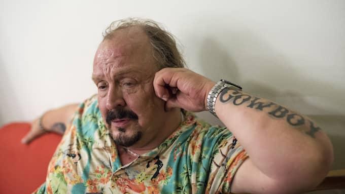Olle Jönsson i Lasse Stefanz berättar hur han botade sina onda knän med hjälp av ett ämne som utvinns ur tuppkam. Foto: MIKAEL SJÖBERG
