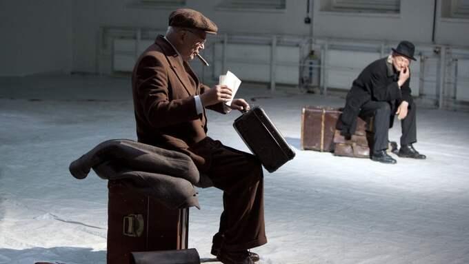 SAMTAL. Roman Kaminski och Manfred Karge spelar forskaren och arbetaren som möts i exilen på Helsingfors tågstation efter att ha flytt från Hitlers Tyskland. Foto: Lucie Jansch