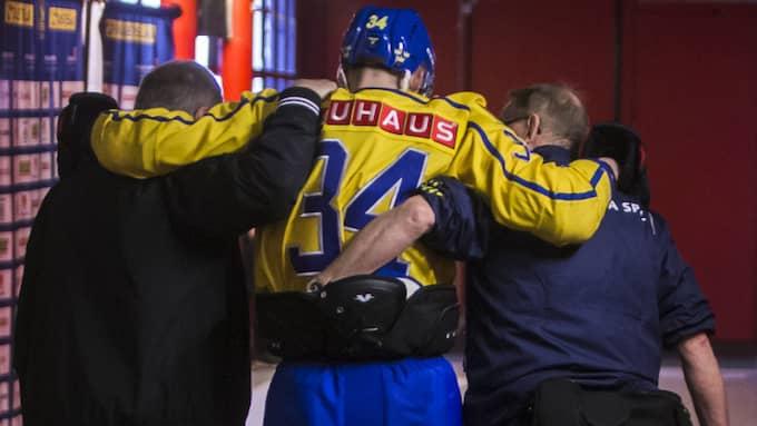 Brodin får hjälp ut i omklädningsrummet efter skadan. Foto: KENTA JÖNSSON / BILDBYRÅN