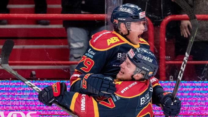 Patrik Lundh och Jesper Pettersson firar efter det avgörande 2-1-målet. Foto: ANDREAS L ERIKSSON / BILDBYRÅN