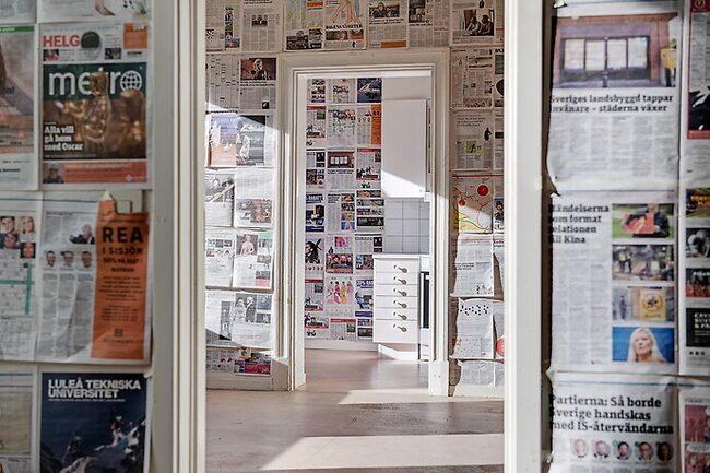 Totalt inklädd i tidningspapper sticker Göteborgslägenheten ut i mängden.