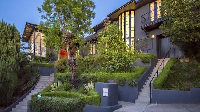 Steve Angellos och Isabel Adrians enorma lyxhus på kullarna i Hollywood är nu till salu.