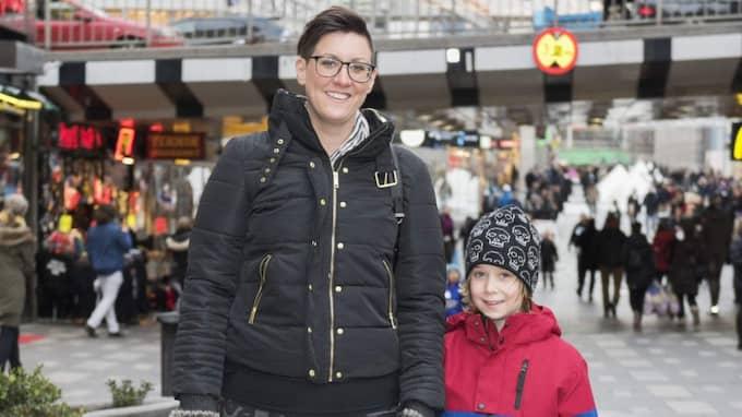"""Zacharias Lindberg, 7: """"Vit! Då kan man bygga snögubbar och åka snowracer!"""" Rebecka Lindberg, 36, lärare, Södertälje """"Helst vill jag nog ha en grön vinter"""" Foto: Ann Jonasson"""