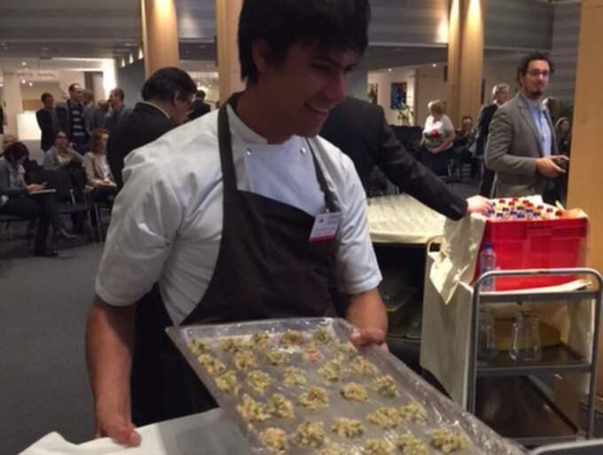 Fredagsmys? En av kocken Roberto Flores assistenter tillreder larv-tacos. Foto: Karin Sörbring