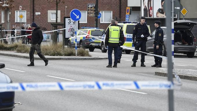 Polis och avspärrningar på Ystadvägen i Malmö efter ett mordförsök utanför en restaurang tidigare i veckan. Foto: EMIL LANGVAD/TT