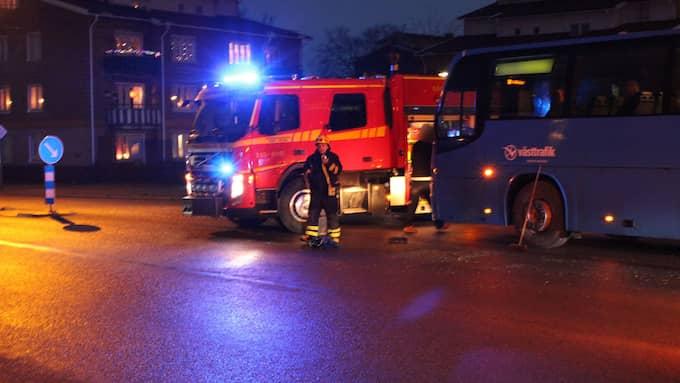 En personbil och en lokalbuss har varit inblandade i en olycka. Foto: CHRISTIAN SVENSSON