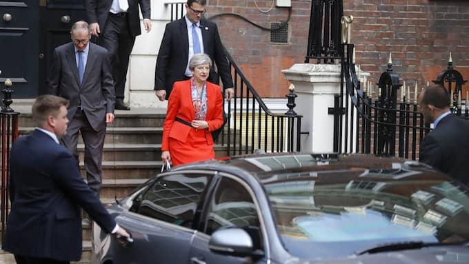 Hon kallades röda Theresa May för förslaget om höjd minimilön. Foto: FRANK AUGSTEIN / AP TT NYHETSBYRÅN