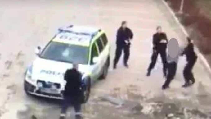 Mannen slet sig loss från polisernas grepp och gick till attack.
