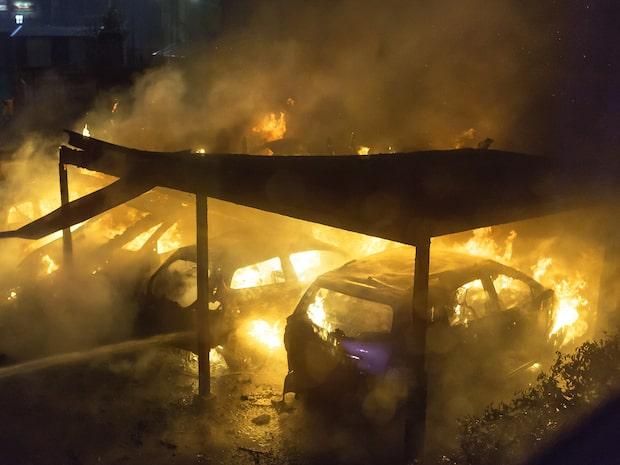 Våldsam bilbrand – 17 bilar drabbade