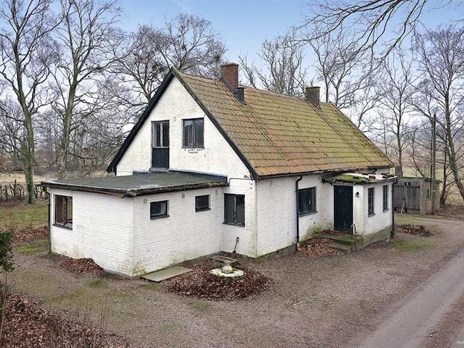 """""""Huset är beläget i en oerhört trevlig miljö, det är i behov av renovering men har stor utvecklingspotential"""", säger mäklaren Rickard Schoug"""