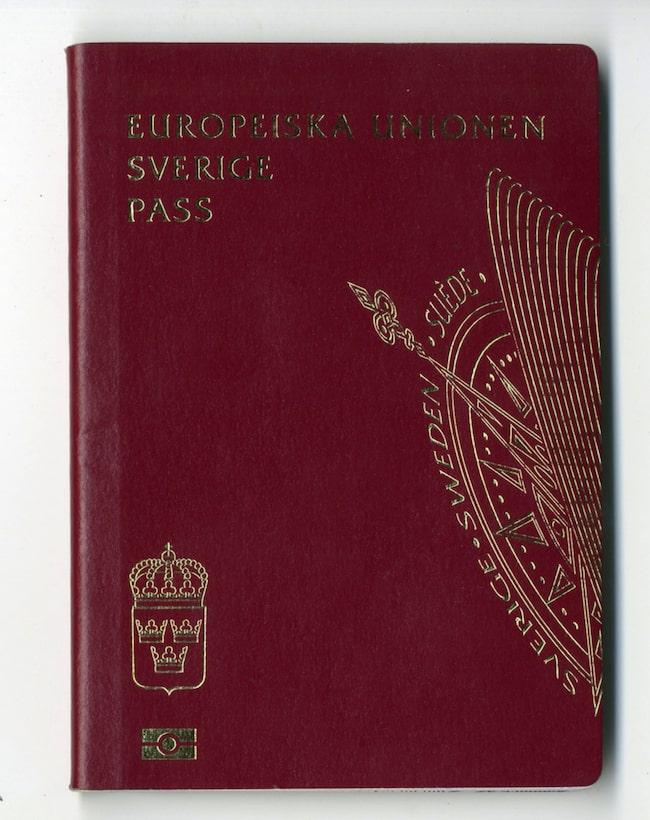 För att stoppa missbruk av pass ska svenskar bara kunna få ut tre vanliga pass under en femårsperiod.