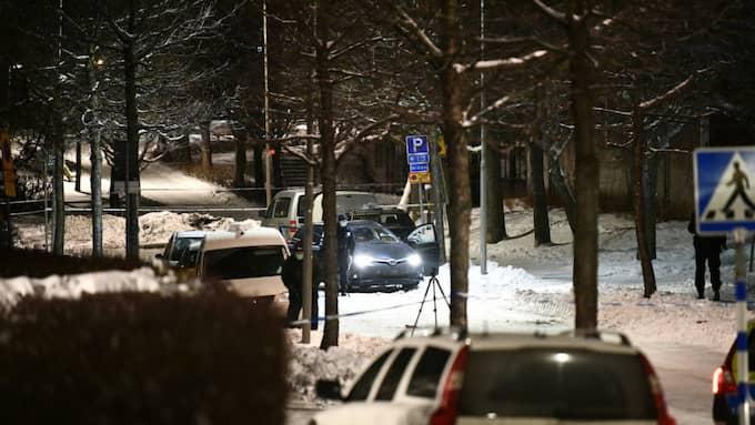 Vid 01-tiden var polisens tekniker på plats för att undersöka brottsplatsen. Foto: ALEX LJUNGDAHL