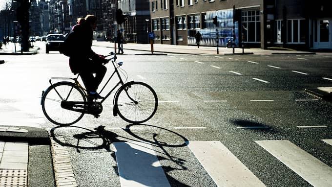 Det kan vara livsfarligt att bara cykla rakt ut på ett övergångställe. Foto: Colourbox