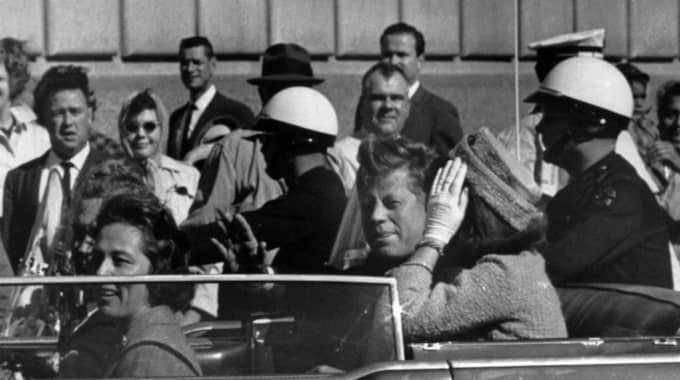 Den här bilden togs några minuter innan skotten i Dallas, den 22:a november 1963. President John F. Kennedy träffas av skott då han färdas i en kortege genom staden. Foto: AP