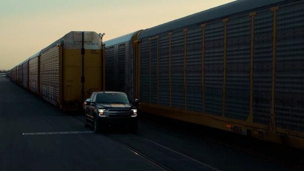 Här drar nya Ford 150 ett helt tåg