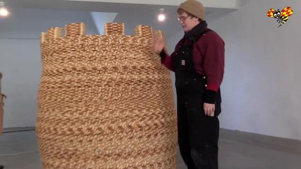 Konstnären Louise skapar ett torn av vitt rostbröd