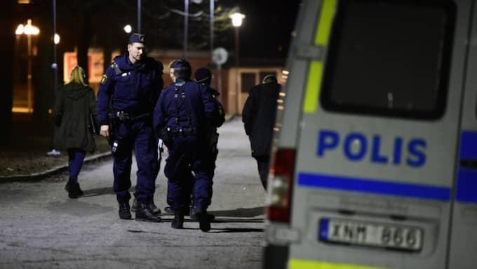 Polisen jagar en misstänkt gärningsman. Foto: Robin Aron