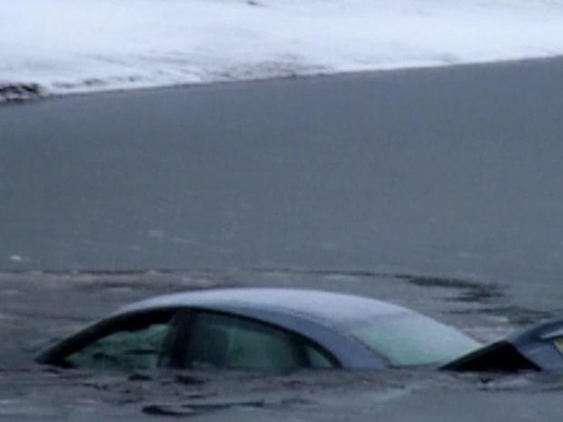 Här räddas kvinnan från den sjunkande bilen