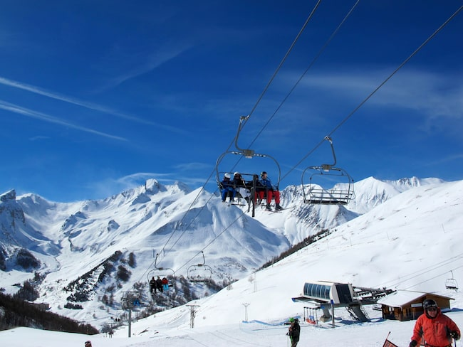 Skida i skydd av topparna La Grande Séolane, som mäter 2909 meter, och Trois Evêchés, som är2 818 meter hög.