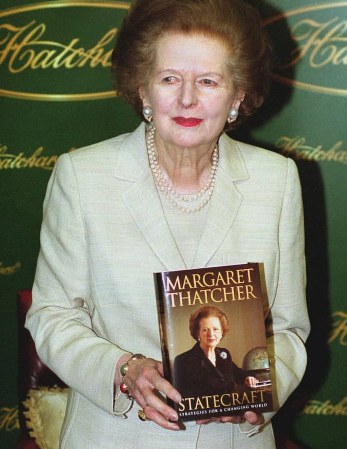 "Thatcher signerar sin nya bok ""Statecraft"" i en bokaffär i London. 3 april 2002. Foto: Frances Leader"