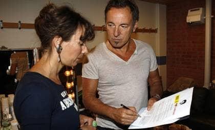 """""""Tänker på Dawits familj"""". Bruce Springsteen skriver under uppropet för att frige Dawit Isaak inför ögonen på Amnesty Internationals Maja Åberg. Foto: Stefan Söderström"""